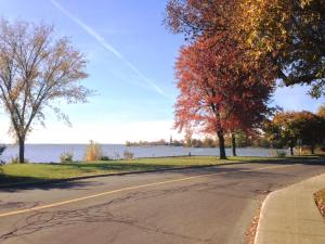 A walk along the Lakeshore in Pointe-Claire, in autumn