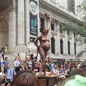 Amanda Palmer, pregnant living statue